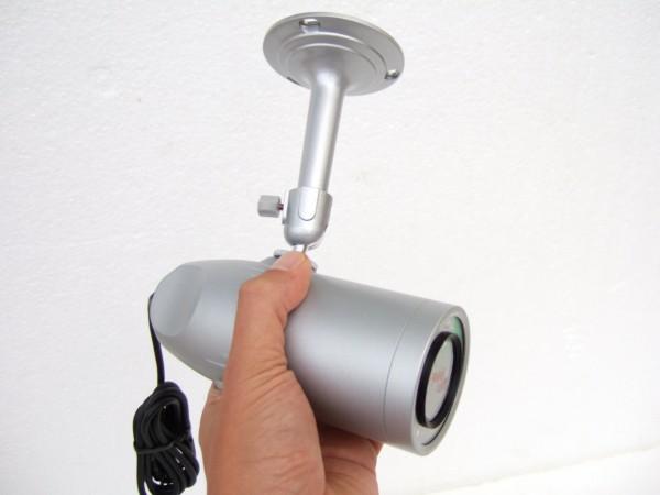 大きさの目安画像です。全長142mmの小型設計。サンバイザーは着脱可能です。屋外用 防水仕様 防犯カメラ バリフォーカルレンズ搭載 S643TDN