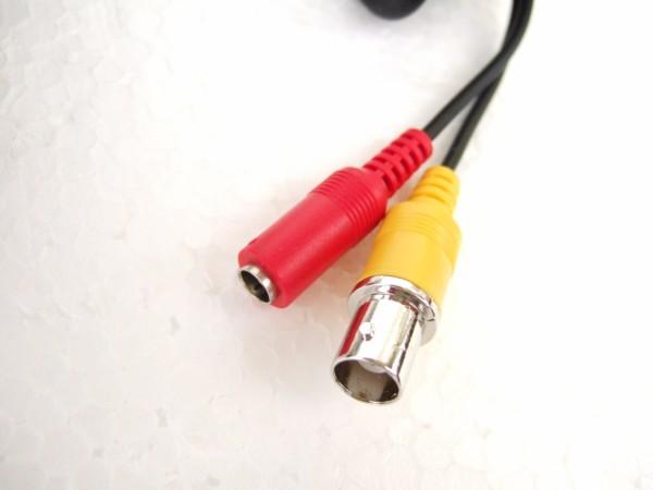 コネクターはカメラ本体から出ています。黄色にBNCコネクター、赤にDCアダプターを接続します。