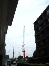 [写真:会社の正面に建設中のマンション2]