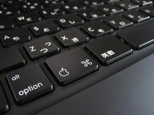 [写真:MacBookのキーボード]